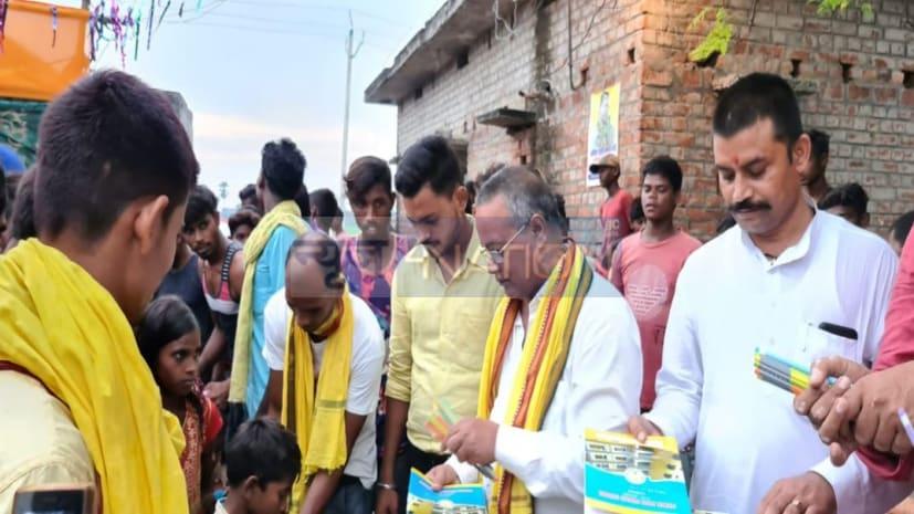 गणेश पूजा के मौके पर अखिल भारतीय जनतंत्र पार्टी ने बच्चों के बीच किया पाठ्य सामग्री का वितरण