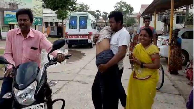 नीतीश सरकार की संवेदनहीन सिस्टम ने एक पिता को बेटे की लाश को कंधे पर ढोने को किया मजबूर ...