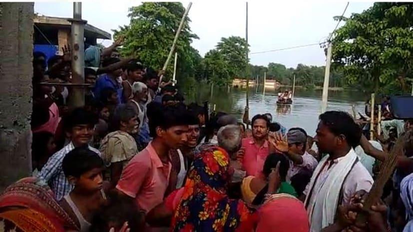 बिना निरीक्षण दूसरे गांव को घोषित कर दिया बाढ़ प्रभावित क्षेत्र, आक्रोशित ग्रामीणों ने सीओ को पीटा
