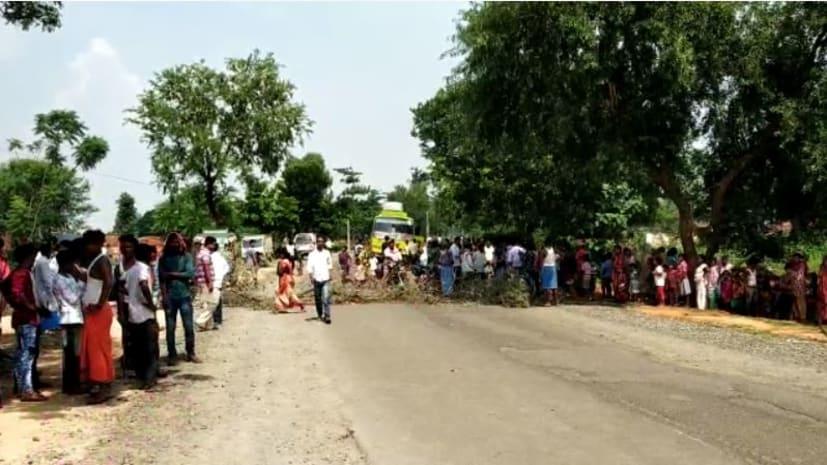 ट्रक ने मारी बाइक में टक्कर, महिला समेत दो बच्चियों की गयी जान, आक्रोशित लोगों ने किया सड़क जाम
