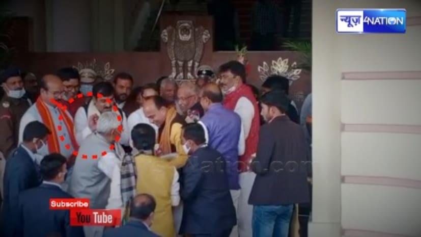 विधानसभा में गिरने से बचे सीएम नीतीश कुमार, गार्डस ने सहारा दिया