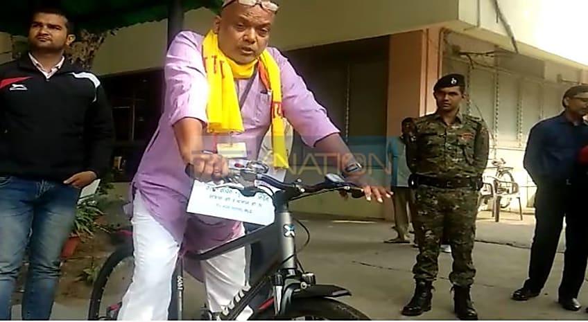 साइकिल से विधान परिषद पहुंचे BJP नेता संजय पासवान, MLC ने गले में तख्ती भी लगा रखा था