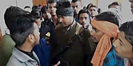 बिहार बोर्ड की लापरवाही से नाराज इंटर परीक्षा में शामिल होने वाले छात्र कर रहे हैं जमकर हंगामा