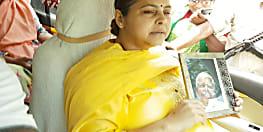 लालू की फोटो लेकर मां राबड़ी के साथ नामांकन करने निकली मीसा भारती