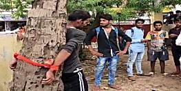 आरा : डीएम ऑफिस के समीप उग्र भीड़ ने युवक को पेड़ से बांधकर पीटा...