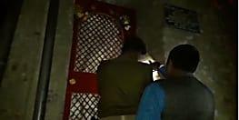 बेतिया में आंगनबाड़ी केंद्र पर छापेमारी, दर्जनों शराब की बोतलें बरामद, सेविका गिरफ्तार