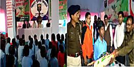 महादलित नदियावा गांव को एसपी ने लिया गोद, डीएम के साथ पहुंच बच्चों के बीच बाटें खेलकूद और पठन पाठन सामग्री ...