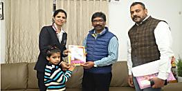 अंतर्राष्ट्रीय एथलीट तृप्ति सिंह ने मुख्यमंत्री से की मुलाकात, उपहार के तौर पर दी खुद की लिखी पुस्तक