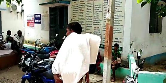 मुख्यमंत्री के गृह जिले में अस्पताल की लापरवाही, बच्चे की मौत के बाद शव को कंधे पर ले गए परिजन