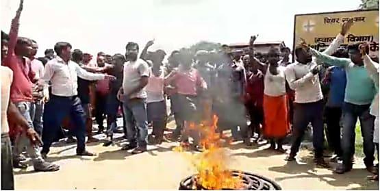 करंट की चपेट में आया युवक, आक्रोशित ग्रामीणों ने किया सड़क जाम