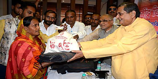 सांसद आर के सिन्हा ने आयुष्मान भारत योजना के लाभार्थियों से की मुलाकात, योजना की दी जानकारी