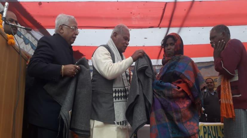 फतुहा के रेड कारपेट हाई स्कूल में कबंल वितरण समारोह, पूर्व सीएम जीतन राम मांझी ने गरीबों के बीच बांटे कंबल