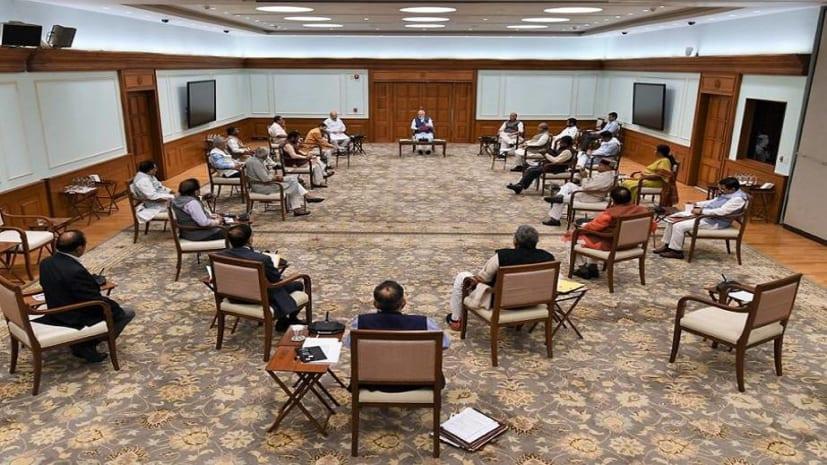 कोरोना वायरस के मसले पर कैबिनेट बैठक में दिखा सोशल डिस्टेंसिंग, पीएम- मंत्री ने लगाई दूर दूर कुर्सियां