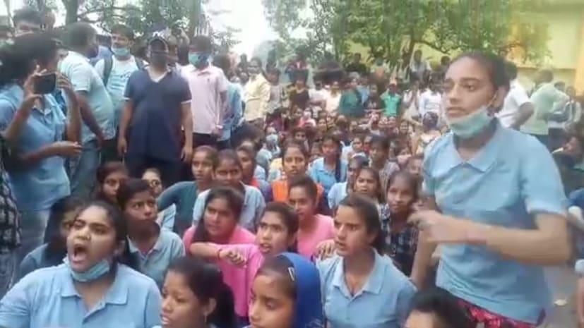 खगड़िया में सड़क पर उतरे छात्र, शिक्षक की गिरफ्तारी के विरोध में किया थाना का घेराव