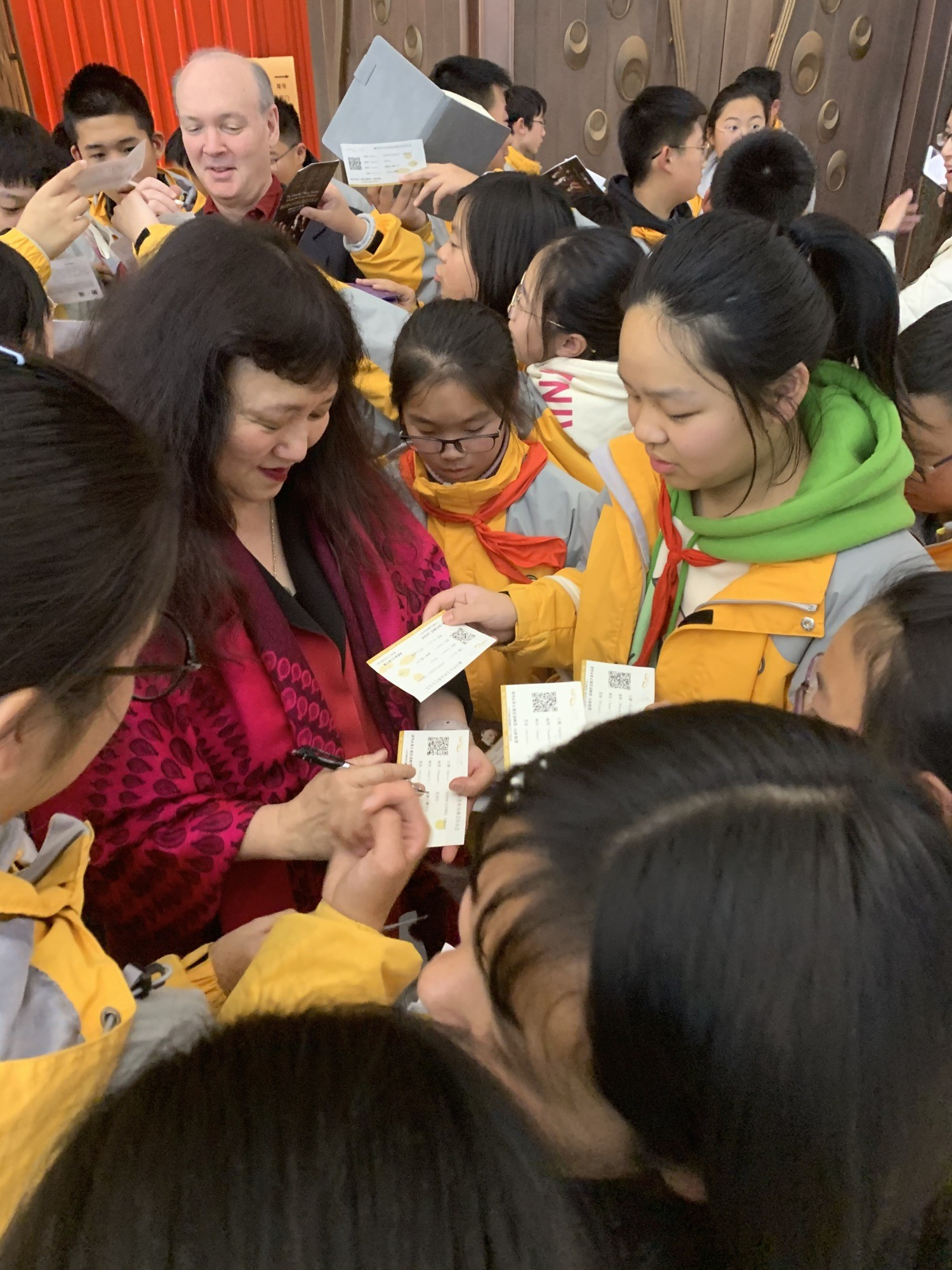Pianist Wu Han signs autographs after a performance at Jiangsu Centre for the Performing Arts.