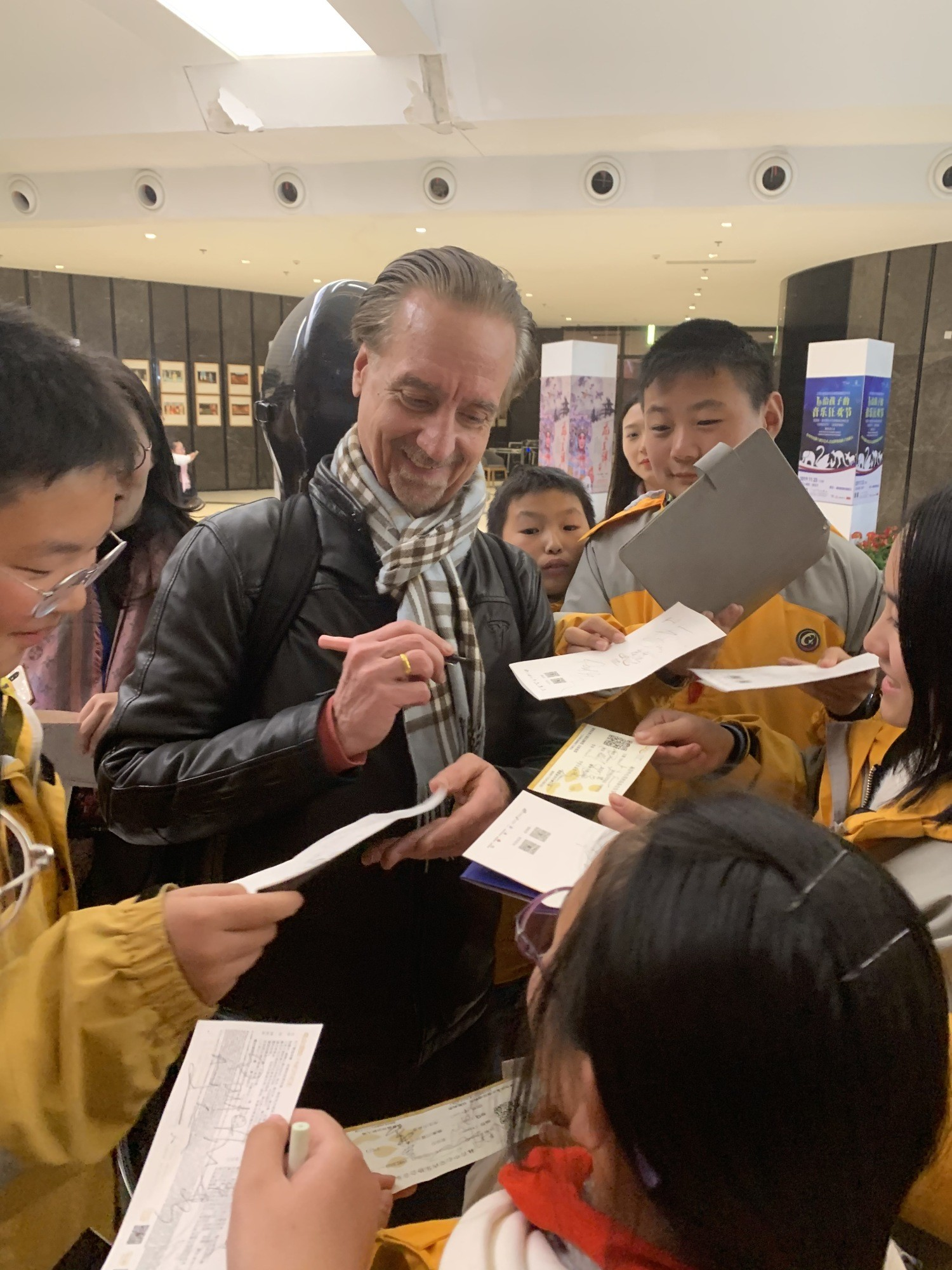 Cellist David Finckel signs performances after a performance at Jiangsu Centre for the Performing Arts.