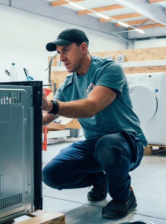 technicien répare électroménager