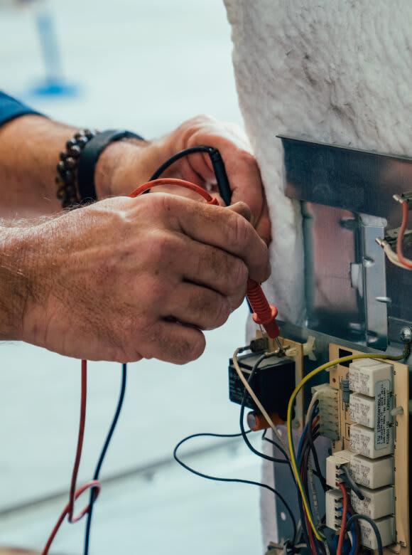main manipulation boîtier électrique