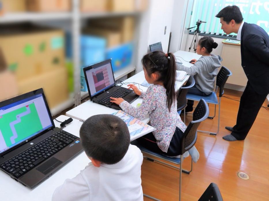 ヒューマンアカデミーアフタースクールの授業風景 パソコンに向かう生徒たち