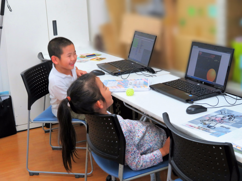 ヒューマンアカデミーアフタースクールの授業風景 Scratchで作ったゲームで遊ぶ生徒たち