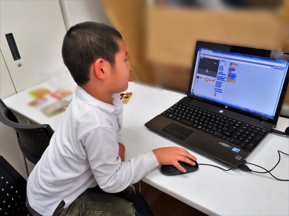 ヒューマンアカデミーアフタースクールの授業風景 Scratchでゲームを作る生徒