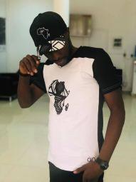 Afrik'A - T-shirt bicolore 100% coton, avec sur la face une broderie de la carte du continent Africain sur un tissu Africain