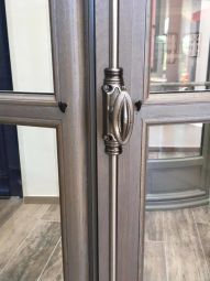 Tradilou : wooden window - Naturellement isolant (thermique et acoustique), le bois offre un aspect authentique et noble.   Les fenêtres et portes fenêtres Tradilou ont la particularité d'être à rive droite, et sont dotée du'ne fermeture à mouton et gueule de loup.   En terme d'étanchéité, on relève un assemblage traditionnel à double enfourchement afin d'assurer la solidité de votre fenêtre.   La peinture de vos menuiseries de la marque ATULAM sont garanties 12 ans.   Découvrez les finition intérieures huilées, et les volets battants intérieur sur notre stand.