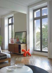 Wooden widows Janneau Menuiseries - Les gammes Patrimoine et Tradi de Janneau menuiserie vous offrent deux design de fenêtres en bois qui sauront donner du charme à votre logement.   Fenêtres et portes fenêtres à recouvrement, ces menuiseries sont en chêne ou bois exotique rouge.   Possibilité d'ajouter un oscillo-battant.   Avec ces gammes, vous bénéficiez de gâche de sécurité intégrées au dormant.