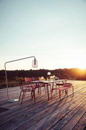 Luxembourg table - Table de jardin en aluminium LUXEMBOURG de FERMOB. Plusieurs dimensions au choix pour cette table de jardin très design, qui va amener une touche de couleur sur votre terrasse tout comme à l'intérieur de votre maison!.  Traitement très haute protection pour une utilisation en extérieur. Cette grande table LUXEMBOURG peut accueillir jusqu'à 10 convives. Table LUXEMBOURG stable et légère.