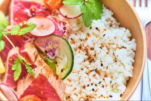 SALMON - Japanese rice, salmon sashimi, soy dressing, cabbage salad and coriander