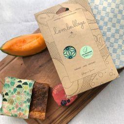 L'embeillage - Discovery Pack - Pack découverte : 3 l'embeillage® de 18 x 18 cm, 25 x 25 cm et 35 x 35 cm        Le Pack Découverte vous accompagne tout au long de la journée, pour votre pain resté frais de la veille, votre salade du midi, le goûter de votre enfant ou encore le fromage du soir… L'essayer, c'est l'adopter !          L'embeillage® est fabriqué en France à partir d'ingrédients 100% naturels : coton biologique, cire d'abeille française, huile de chanvre biologique et résine de pin des Landes.           Livré avec sa notice d'utilisation