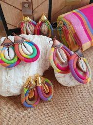 Earrings Mabulle - Boucles d'oreilles artisanales avec des cauris authentiques. Ce sont des modèles en édition limitée, modèle original de Mabulle Boutique.  Vous les trouverez en wax , en madras, en lanières cirées, en Ebène ... et bien d'autres modèles sur place.