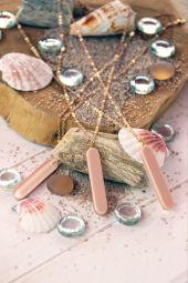 Collier Drew - Le collier DREW et son pendentif tube rose poudré, minimaliste, féminin et moderne.  Ce pendentif tendance s'associera facilement à tous les looks. À travailler en accumulation, ajouter à votre collier un petit médaillon pour le personnaliser selon votre humeur et vos envies. Fabriqué en France
