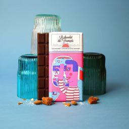Dark chocolate bar, almonds and salted caramel - C'est tout près de Paris, que nous élaborons main dans la main avec notre artisan chocolatier nos délicieuses tablettes bio ! Ce spécialiste du chocolat à croquer tire son savoir-faire d'une superbe aventure familiale. Tout commence avec les fèves de cacao : soucieux de leur traçabilité, nous avons choisi de travailler avec des fèves provenant d'Equateur et du Pérou. Ce cacao aux arômes puissants est réservé à la fabrication des chocolats de grands crus ! Comme le vin, leur terroir et leur climat adéquats permettent au cacao de développer des saveurs épatantes ! Tout cela dans le respect d'une agriculture raisonnée. Il en va de même pour les ingrédients que nous utilisons dans cette recette. Tous naturels et triés sur le volet grâce à un sourcing de très haute qualité, ils participent à l'élaboration de tablettes divinement délicieuses. C'est d'ailleurs le choix de ces matières premières, des recettes et du processus artisanal qui ont permis à nos chouettes tablettes d'être certifiées: « Pur Beurre de Cacao » ; « AB Bio » et « Europe agriculture biologique ». Chapeau ! Découvrez une incroyable recette de chocolat noir 56% aux pépites de caramel et aux éclats d'amandes torréfiées puis caramélisées à la fleur de sel de Guérande biologiques. Attention, croquant et épatant !