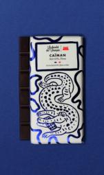 The Caïman, Dark chocolate 63% Peru origin - C'est dans le sud-est de la France, que nous élaborons main dans la main avec notre artisan chocolatier nos délicieuses tablettes bio ! Ce spécialiste du chocolat à croquer tire son savoir-faire d'une superbe aventure familiale. Tout commence avec les fèves de cacao : soucieux de leur traçabilité, nous avons choisi de travailler avec des fèves provenant d'Equateur, du Pérou et de République Dominicaine. Ces cacaos aux arômes puissants sont réservés à la fabrication des chocolats de grands crus ! Comme le vin, leur terroir et leur climat adéquats permettent au cacao de développer des saveurs épatantes ! Tout cela dans le respect d'une agriculture raisonnée. Il en va de même pour les ingrédients que nous utilisons dans cette recette. Tous naturels et triés sur le volet grâce à un sourcing de très haute qualité, ils participent à l'élaboration de tablettes divinement délicieuses. C'est d'ailleurs le choix de ces matières premières, des recettes et du processus artisanal qui ont permis à nos chouettes tablettes d'être certifiées: « Pure Origine », « Pur Beurre de Cacao » ; « AB Bio » et « Europe agriculture biologique ». Chapeau ! Les grands gourmands craqueront pour ces chocolats noir. Pour cette tablette, les fèves proviennent d'une seule région du monde : le Pérou (63% de cacao).