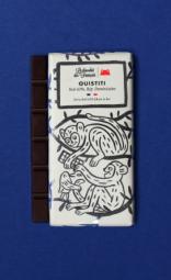 The Ouistiti, Dark chocolate 63%, Republic Dominican origin - C'est dans le sud-est de la France, que nous élaborons main dans la main avec notre artisan chocolatier nos délicieuses tablettes bio ! Ce spécialiste du chocolat à croquer tire son savoir-faire d'une superbe aventure familiale. Tout commence avec les fèves de cacao : soucieux de leur traçabilité, nous avons choisi de travailler avec des fèves provenant d'Equateur, du Pérou et de République Dominicaine. Ces cacaos aux arômes puissants sont réservés à la fabrication des chocolats de grands crus ! Comme le vin, leur terroir et leur climat adéquats permettent au cacao de développer des saveurs épatantes ! Tout cela dans le respect d'une agriculture raisonnée. Il en va de même pour les ingrédients que nous utilisons dans cette recette. Tous naturels et triés sur le volet grâce à un sourcing de très haute qualité, ils participent à l'élaboration de tablettes divinement délicieuses. C'est d'ailleurs le choix de ces matières premières, des recettes et du processus artisanal qui ont permis à nos chouettes tablettes d'être certifiées: « Pure Origine », « Pur Beurre de Cacao » ; « AB Bio » et « Europe agriculture biologique ». Chapeau ! Les grands gourmands craqueront pour ces chocolats noir. Pour cette tablette, les fèves proviennent d'une seule région du monde : la République Dominicaine (63% de cacao).