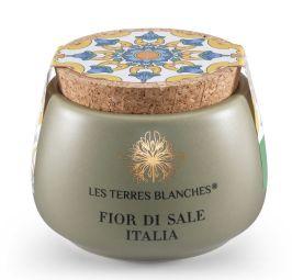 Fior di Sale Italia - Cette fleur de sel est récoltée uniquement pour Les Terres Blanches dans les marais salants de Trapani sur le littoral Est. Ces salines qui font face à la côte ouest italienne sont sous l'influence d'un vent plus fort qui donne à ces cristaux un arôme différent, légèrement plus corsé que ceux de Sicile. Dans son écrin couleur vert olive inspiré de l'Italie, Sonia a voulu offrir la parfaite fleur de sel pour les amoureux de l'Italie. Saupoudrez-la sur un bol rempli d'huile d'olive italienne et dégustez avec du bon pain : du pur bonheur ! Cette fleur de sel s'accordera avec les plats italiens comme les pâtes, les sauces, les tomates, les mozzarellas et burratas de qualité.