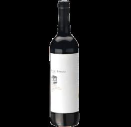FONTE ROMANA VIN ROUGE DOC RESERVE 2014 - VINIFICATION Après sa réception, les raisins sont égrappés et écrasées et placés dans des petites cuves de fermentation avec système de réfrigération. Ensuite, sont ajoutées des enzymes de maturation, responsables pour l'extraction du moût, du jus et des tanins. Les levures sélectionnées sont ensuite incorporées en commençant la fermentation alcoolique. Au cours de cette période, comprise entre 4 et 8 jours, la couverture est arrosée plusieurs fois par jour. Le réassemblage est programmé en fonction de l'état de maturité des raisins et du type de vin à obtenir. Tout le processus de fermentation est fait à une température comprise entre 25 et 28 ° C.   CÉPAGES: Touriga Franca, Touriga Nacional et Tinta Roriz  NOTES DE DÉGUSTATION : Aspect limpide, couleur rubis avec des réflexes marrons. Arôme vineux, avec des notes de fruits rouges et vanille. Saveur équilibrée, bonne structure douce et fruité.  ANALYSE CHIMIQUE : Alcool : 13,5 % Vol Sucres totaux : 0,6 g/dm3 Acidité Totale : 5,3 g/dm3 Ph: 3,64