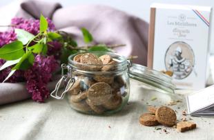 Biscuits de la joie - Les biscuits de la joie sont des biscuits du Moyen Âge, dont la recette a été élaborée par Hildegarde de Bingen, religieuse et femme de lettre. Ces biscuits sont composés d'épices de la joie (cannelle, noix de muscade et clous de girofle), de farine d'épeautre et des amandes apportent du croquant. Comme beaucoup de recettes à cette époque, celle-ci était censée avoir des vertus médicinales grâce aux épices et à la farine.
