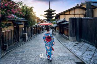 Japon Essentiel - Ouvrez les portes de l'Empire du Soleil Levant en découvrant les sites emblématiques qui dévoilent les trois visages du Japon : dynamique et contemporain à Tokyo et Osaka, traditionnel et nostalgique à Kyoto et Nara, historique à Hiroshima, Himeji et Miyajima.