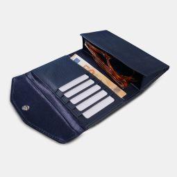 Portefeuille étui à lunettes - Superbe portefeuille 2en1 qui vous permet de RANGER en toute sécurité:  -Votre paire de lunettes (optiques ou solaires)  -Vos CB & cartes (jusqu'à 10 cartes)  -Vos billets et cartes de visite  -Votre carte d'identité  -Fabriqué en cuir de vachette pleine fleur  -Design en France  -Système anti piratage RFID/NFC  -Fermoir pression  LE CONCEPT  Ce Portefeuille 2en1 élégant est fabriqué en cuir de vachette grainé Bleu pleine fleur. Il est le compagnon idéal pour protéger vos cartes et vos lunettes! Avec son logo embossé et sa ligne épurée, ce portefeuille à lunettes ultra innovant sera votre indispensable au quotidien.  Il peut contenir 10 cartes de crédit, des billets, des papiers/ reçus , votre carte d'identité et protéger votre paire de LUNETTES.  Son patronage à plat, pensé grâce à un système d'œillets et de découpes ingénieuses, se plie et se déplie pour y accueillir votre paire de lunettes, vos diverses cartes et billets. Résultat, il est le premier portefeuille, étui à lunettes au monde. On peut l'emporter partout, le glisser dans sa poche, dans son sac…, bref il est pratique et ultra stylé.  DESCRIPTION  Portefeuille à lunettes en cuir de vachette grainé pleine fleur  5 encoches cartes / jusqu'à 10 cartes  1 emplacement pour ranger et protéger votre paire de lunettes  1 espace de rangement intérieur pour vos billets, papiers et carte d'identité  Protection RFID contre le hacking de carte de crédit sans contact  Logo embossé à l'avant  Maroquinerie inventive dessinée à Paris  Fait main à Bali dans notre atelier spécialisé  TAILLE ET POIDS  165 x 85 x 40 mm / 150 g