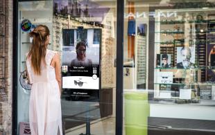 OWIZ Street - OWIZ Street est une vitrine interactive qui permet aux passants d'essayer virtuellement des lunettes en 3D directement depuis l'extérieur du magasin.  OWIZ Street est idéal pour:  - Interagir avec le trafic passant - Suggérer vos produits avant de rentrer dans votre magasin - Réduire les investissements marketing tout en améliorant leur efficacité - Attirer pour de nouvelles collections ou promotions  Rendez votre vitrine 3 fois plus attractive avec OWIZ Street!