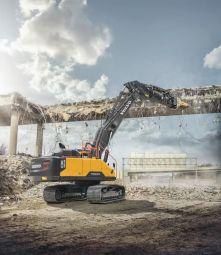 Pelle EC380 à flèche droite - La pelle Volvo EC380 à flèche droite est spécialement conçue pour la déconstruction. Elle est configurée pour atteindre les plus hauts niveaux de performances tout en préservant la sécurité de son opérateur. Elle permet une grande visibilité sur le chantier et dispose de toutes les protections contre les chutes de débris.