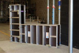 VerticAL - Le système de panneaux de coffrage VerticAL en aluminium est conçu pour la réalisation de longrines, soubassements, bâtiments industriels et agricoles. Fiable et robuste, le système permet de réduire les temps de montage sur les chantiers, ainsi que les coûts de production. Les passages de tiges sont renforcés et décalés de 6 cm du bord. Le système reprend une charge jusqu'à 5 tonnes/m². La mise en place verticale ou horizontale des panneaux confère une polyvalence accrue au coffrage VerticAL. Avec un poids moyen de 22 kg/m², les panneaux peuvent être manipulés sans avoir recours à une grue.