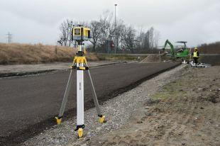 ZONE20H GeoMax - La gamme de lasers rotatifs de GeoMax offre des solutions spécialement développées pour les professionnels du TP et du bâtiment qu'ils soient débutants ou chevronnés.  Choisissez le laser pour tous vos travaux de nivellement ou d'alignement.  Reconnus pour leur fiabilité et leur précision quelles que soient les conditions méteo ou de terrain. Nos lasers sont fabriqués avec la technologie du groupe Hexagon Suédois auquel nous appartenons. Le Zone20 H est un laser rotatif économique et puissant. Livré dans un solide boîtier, il dispose d'une interface très intuitive. Il s'agit d'un laser horizontal automatique permettant un réglage manuel de la pente sur deux axes. Très précis, il est conçu pour durer et livré avec une garantie de 5 ans.