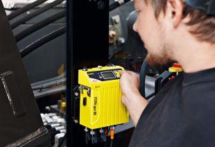 Leica iCON gps 80 - Récepteur de signaux GNSS, une ou deux antennes, pour applications de guidage d'engins.  Le capteur d'engin GNSS Leica iCON gps 80 permet de passer à la vitesse supérieure en matière de guidage d'engins. Améliorez les performances de votre solution de guidage d'engins iCON en l'associant au capteur iCON gps 60. Vous pouvez ainsi fournir une productivité accrue jamais atteinte.  Optimisez les performances de vos bulldozers, excavatrices, foreuses, chargeuses à roues, niveleuses et finisseurs. Bénéficiez d'un positionnement 3D fiable et rapide, ainsi que d'un fonctionnement hautement productif grâce à un système de guidage d'engins parfaitement réglé.  Le capteur d'engin Leica iCON gps 80 affiche toutes les données GNSS pertinentes sur l'écran intégré. Aucun autre contrôleur ou appareil n'est nécessaire pour configurer le capteur.