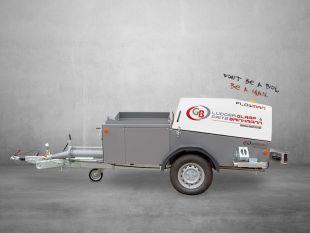 """FLOWMAN - Le FLOWMAN redessiné (2020). Propulsé par un puissant moteur diesel HATZ, le FLOWMAN est conforme à la dernière norme européenne d'émission de gaz d'échappement STAGE V. Robuste, puissant et fiable dans la qualité habituelle des machines GB selon la philosophie de l'entreprise dans le prédicat """"made in Germany"""".  La nouvelle pompe à vis sans fin Le FLOWMAN est conçu pour faire face à toutes les tâches qui se présentent dans la pratique. Doté d'un nouveau design, le FLOWMAN est votre partenaire sur le chantier.  Délivrance optimale de la chape fluide Le FLOWMAN se concentre sur le transport des chapes fluides. Il existe souvent un choix de différents mélanges de matériaux pour les chapes fluides. En fonction de la tâche à accomplir, le FLOWMAN offre différentes options de réglage pour les performances de transport. Avec les chapes fluides modernes, les travaux de chape polyvalents tels que les chapes collées, les chapes sur les couches d'isolation et le chauffage par le sol, etc. peuvent être réalisés presque sans effort.  Nivellement parfait des sols Avec le FLOWMAN, vous êtes toujours bien positionné. Grâce à l'excellente capacité de nivellement, vous obtenez un résultat presque parfait.  Un moteur puissant Le puissant moteur Hatz est le cœur du FLOWMAN. La capacité de livraison élevée permet de traiter des hauteurs de livraison très importantes, jusqu'à 30 étages. Cela augmente votre confort, car un accès facile n'est pas toujours garanti. La pompe à vis sans fin à faible usure possède également une rotation avant et arrière de la vis sans fin. Cela permet d'éliminer les blocages peu fréquents sans effort.  Caractéristiques optionnelles Le FLOWMAN dispose d'une gamme intéressante d'accessoires en option. Le nettoyeur haute pression intégré vous permet de nettoyer la machine directement sur place. La télécommande radio en option est également une option intéressante pour tous les amateurs de travail sans fil."""
