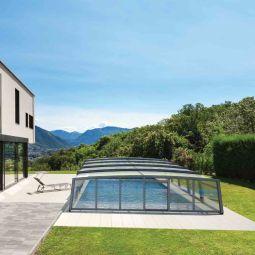 Abri de piscine haut - L'abri de piscine résidentiel R-Design est la définition exacte de l'élégance couplée à la fonctionnalité. En plus d'avoir les avantages d'un abri de piscine classique, l'abri R-Design s'allie parfaitement à votre environnement extérieur. Sa hauteur vous permet de profiter pleinement de la piscine, aux quatre saisons. Il est possible d'aménager l'espace à l'intérieur et de circuler librement dessous. Grâce à ses panneaux entièrement modulables et à son esthétisme digne d'une véranda, l'abri R-Design apporte une réelle valeur ajoutée à la maison. La piscine s'ouvre sur le jardin l'été afin de profiter du beau temps et se referme dès le début de l'automne pour vous offrir une baignade 365 jours par an. L'abri résidentiel R-Design est également disponible en version mi-haut, d'une hauteur maximale de 1m80, et qui ne nécessite ainsi aucune démarche administrative.