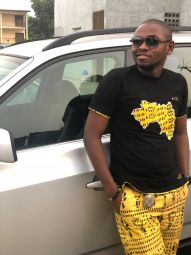 +224 - La Collection +224, est un mélange de t-shirt de qualité grand-teint et du tissu traditionnel Africain originaire de la Guinée Conakry de Sékou Touré. Cette collection fait un clin d'œil au Peuple de Guinée mais plus particulièrement  aux braves femmes de la ville de kindia qui de façon artisanale produisent et valorisent le savoir faire de nos ancêtres.