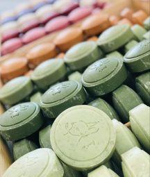 SAVONS AU LAIT D'ANESSE BIO - Généreux savons au Lait d'Anesse Bio et enrichis en huiles végétales et beurre de karité. Fabriqués de manière artisanale dans le Gard ,ces savons conviennent aux épidermes les plus délicats de toute la famille.